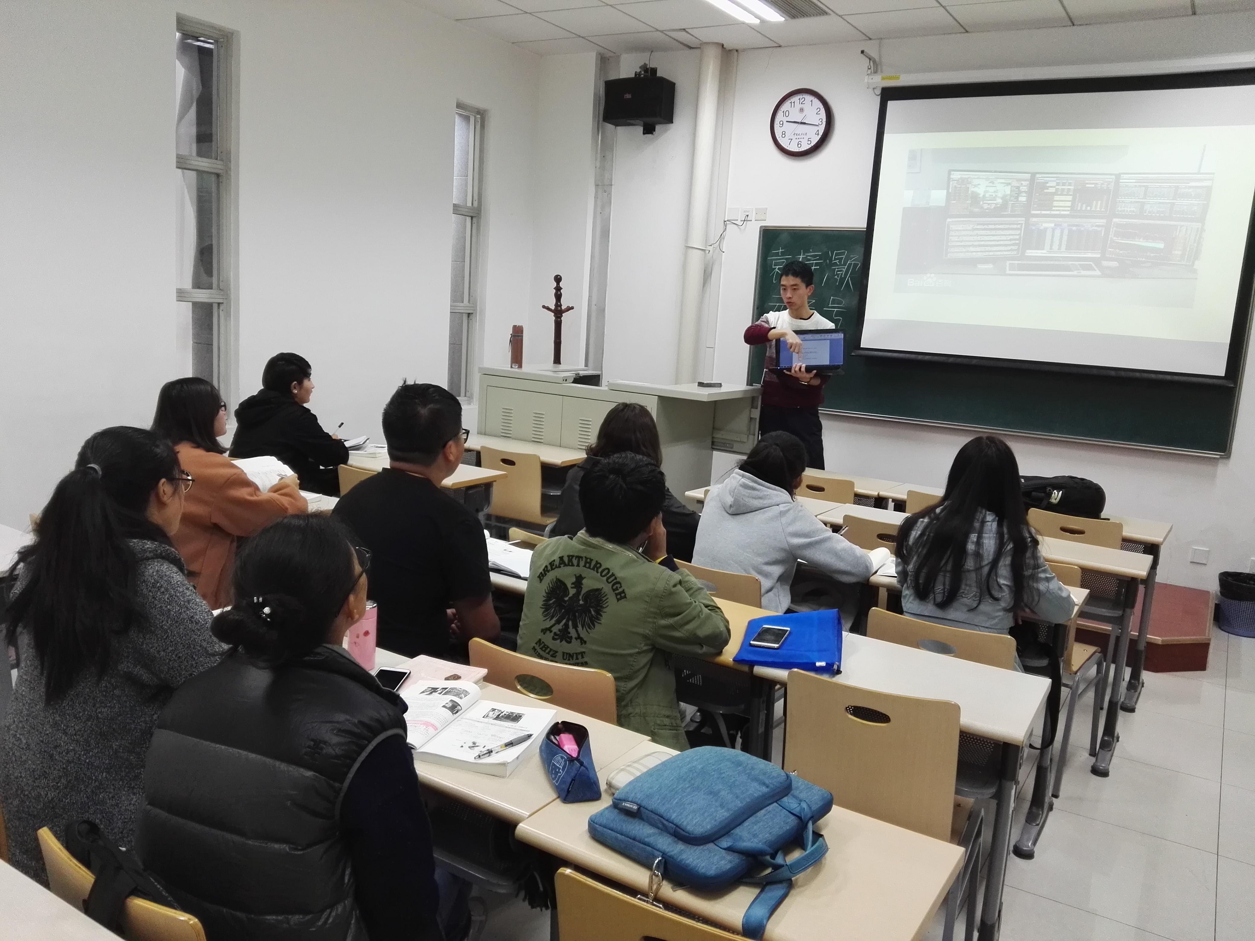 11月的第二个周末,137名新疆、西藏籍少数民族学生还在教室里认真上课,给他们上课的是高年级的学生教员,这是正在进行的第六期的添翼工程周末补习班的第四次课,他们要一直这样补课到考试前一周周末。  (学生教员为同学们进行补课) 添翼工程旨在提高少数民族学生的学习能力、学习水平和综合素质,专门招聘了学习成绩优异的高年级学生为他们免费辅导课程,帮助他们掌握所学知识、提高学习成绩并缩小与其他学生的差距。添翼工程受到了学校领导的高度重视,以高标准、严要求的原则开展各项工作,保证每一个参与学习的学生都能